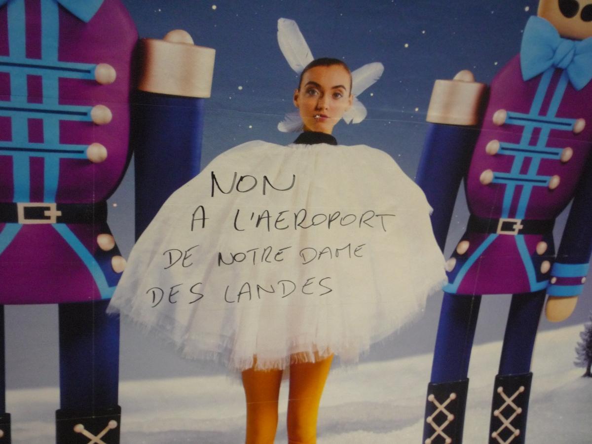 http://juralib.noblogs.org/files/2013/03/2012-11_Paris_XXe_MetroPereLachaise-nddl2.jpg
