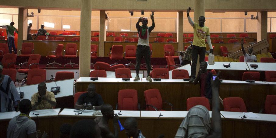 http://juralib.noblogs.org/files/2014/12/Les-manifestants-dans-une-des-salles-dassembl%C3%A9e-du-Parlement.jpg