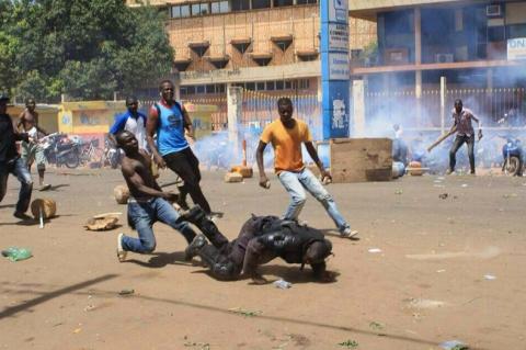 http://juralib.noblogs.org/files/2014/12/Les-manifestants-envahissent-lAssembl%C3%A9e-au-Burkina-Faso.png