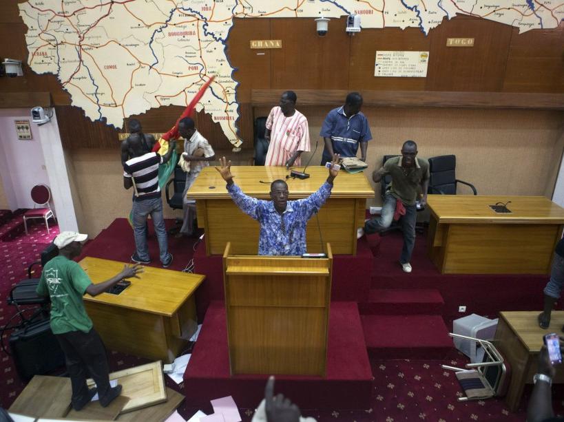 http://juralib.noblogs.org/files/2015/01/Manifestants-prenant-dassaut-le-Parlement-30-octobre.jpg